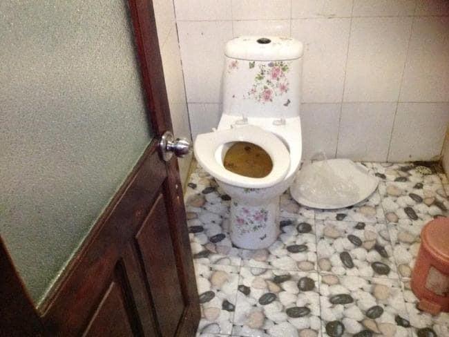Nhóm du khách kinh hoàng trước khung cảnh nhà vệ sinh