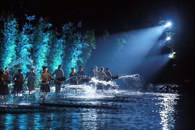 """Vở diễn """"Tinh hoa Bắc bộ"""" tạo ấn tượng cho khán giả bởi những hình ảnh mang đậm bản sắc văn hóa Việt"""