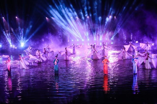 """Sân khấu """"Tinh hoa Bắc bộ"""" được dàn dựng công phu với hệ thống âm thanh, ánh sáng, đường đi ngầm dưới nước"""