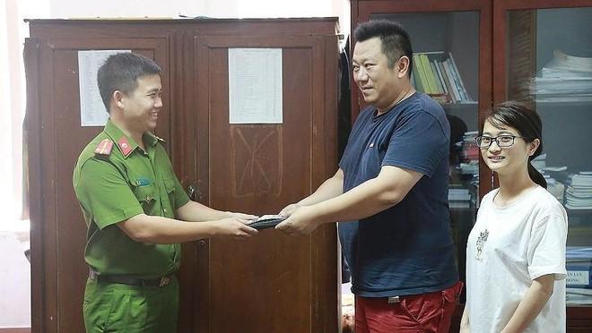 Lực lượng chức năng tiến hành trao trả lại tài sản cho vị du khách người Nhật