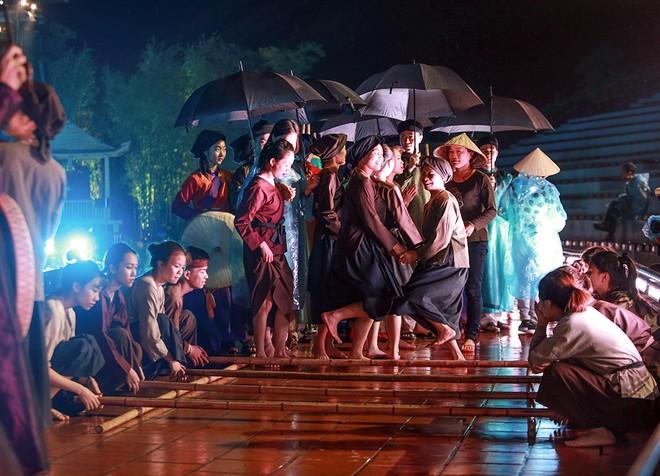 Trời mưa cũng không ngăn được khán giả đến với vở diễn
