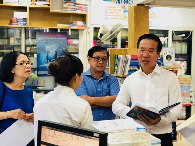 Ông Võ Văn Thưởng (cầm sách, bên phải) - Trưởng Ban Tuyên giáo Trung ương đã mua một cuốn Gạc Ma - Vòng tròn bất tử cuối vào tuần qua tại
