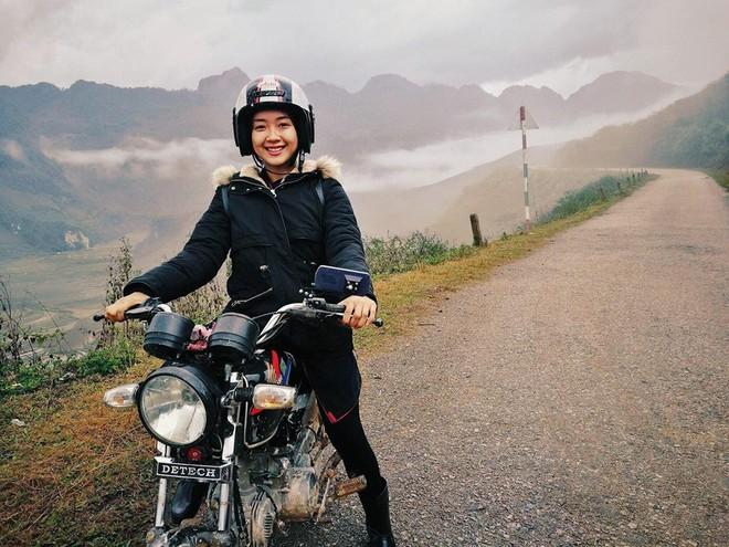 Vương Anh hào hứng lái xe máy trên đường đèo