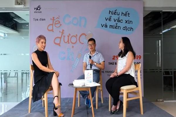 ThS.BS Ngô Đức Hùng (ở giữa) trao đổi cùng tác giả BS Vân Hương (bên phải) và Uyên Bùi (bên trái) tại buổi tọa đàm ra mắt sách (29/6).