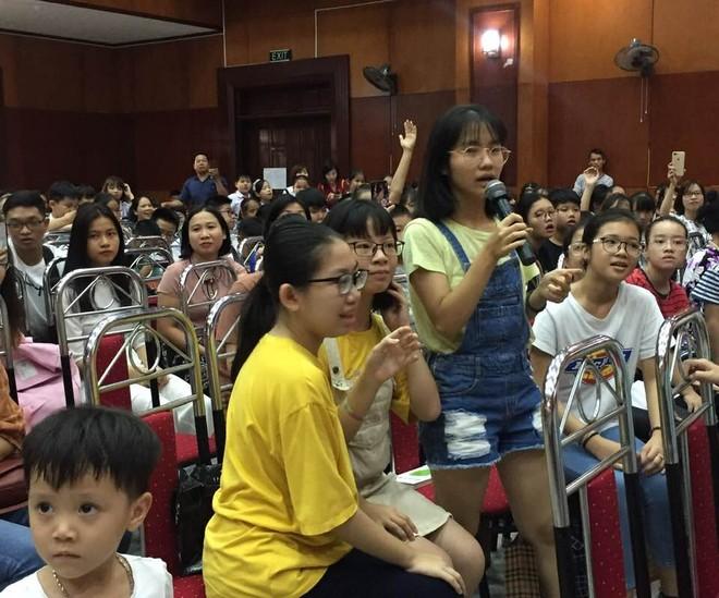 Các em nhỏ giao lưu trả lời câu hỏi tại buổi Lễ trao giải