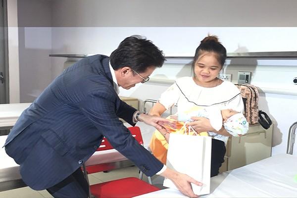 Ông Masahiko Hiramoto thăm và tặng quà bệnh nhi tại Bệnh viện Nhi Trung ương
