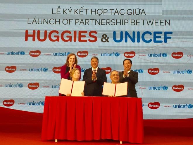 Bà Rana Flowers, Đại diện UNICEF Việt Nam và ông Ashwini Nagpal, Giám đốc điều hành Kimberly-Clark Việt Nam ký kết hợp tác