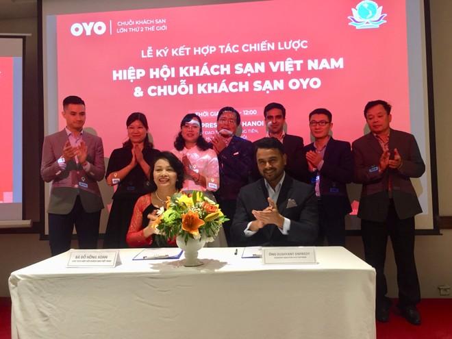 Bà Đỗ Hồng Xoan và ông Dushyant Dwibedy ký kết thỏa thuận hợp tác