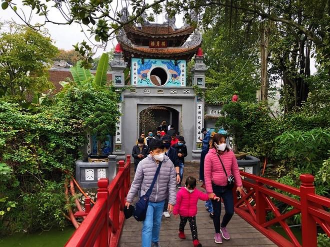 Du khách đến tham quan tại Đền Ngọc Sơn