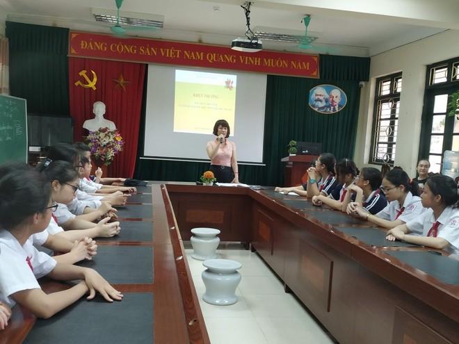 Cô Lê Thị Thu Hà Hiệu trưởng nhà trường phát biểu trong buổi trao giải