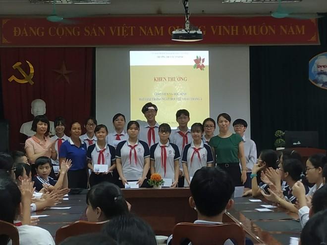 Cô Lê Thị Thu Hà trao giải cho các bài dự thi đạt giải