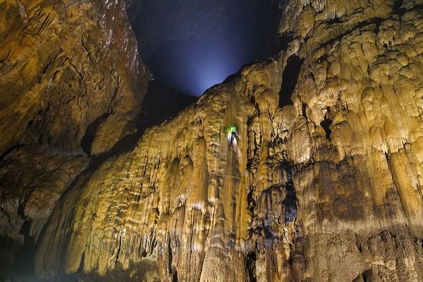 Bức tường thạch nhũ khổng lồ cao 90m ở gần cuối hang Sơn Đoòng – được gọi là Bức tường Việt Nam (Ảnh: Oxalis Adventure)