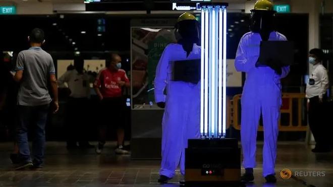Robot dọn dẹp tự động khử trùng bằng tia cực tím tại trung tâm thương mại (Ảnh: Reuters)