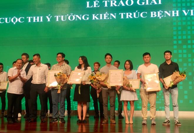 Chủ tịch Hội KTS Việt Nam Nguyễn Tấn Vạn trao giải thưởng cho các tác giả đạt giải
