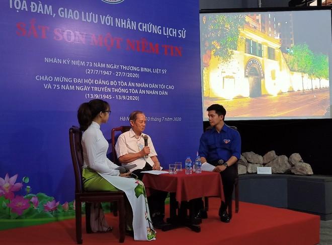 Ông Dương Tự Minh (ở giữa) xúc động kể lại thời gian ông tham gia cách mạng