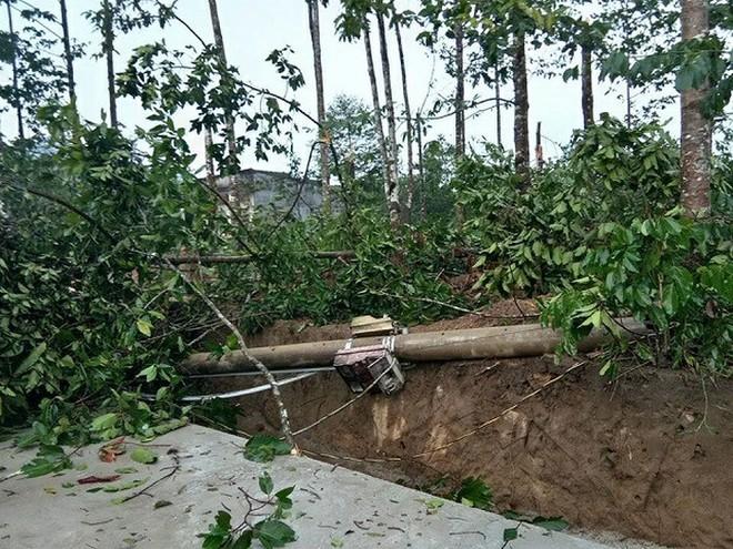Nhiều trụ điện tại xã cũng bị lốc làm đổ, gây mất điện trong nhiều giờ liền.