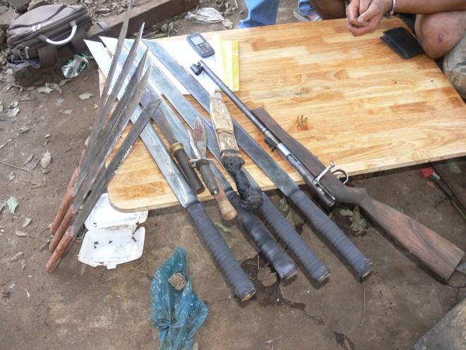 Tang vật vũ khí gồm súng, kiếm, dao găm