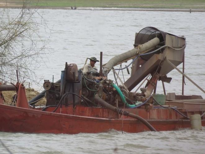 Hoạt động khai thác cát trái phép diễn ra trên sông Pô Kô