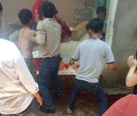 Người dân đưa các nạn nhân đi cấp cứu.