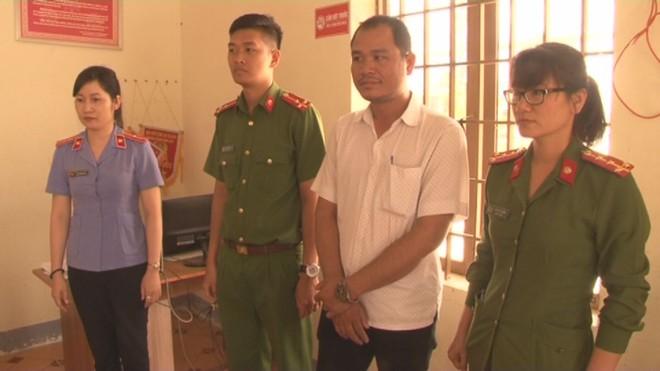 Cơ quan chức năng thực hiện lệnh bắt đối tượng Lê Thành Nguyên (áo trắng)