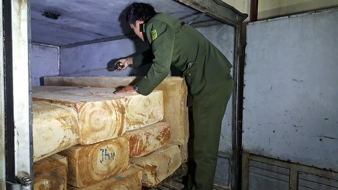 Lực lượng chức năng kiểm tra những phách gỗ trong xe tại hiện trường.