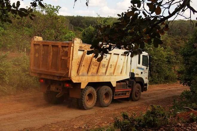 Xe chở cát, đá di chuyển trên các trục đường chính xã Ia Chía, huyện Ia Grai.