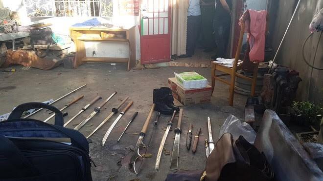 Nhiều dao kiếm, ma túy đá được phát hiện ở hiện trường gây án.