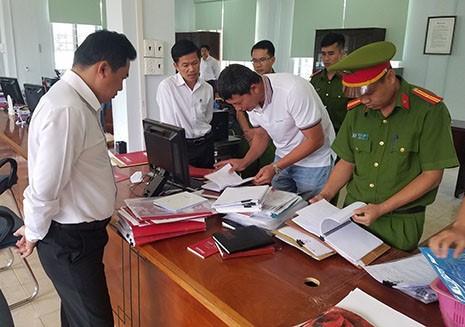 Lực lượng chức năng kiểm tra các tài liệu, chứng cứ liên quan