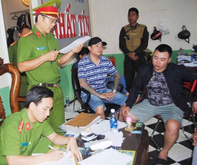 Cơ quan công an đọc lệnh khám xét một trụ sở của Cty Nhất Tín Phát