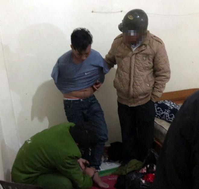 Các trinh sát hình sự khống chế Tạ Đình Phong (quần Jean, áo thun) tại phòng trọ