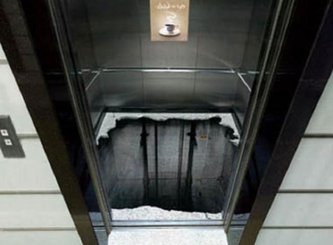 Khi leo lên đỉnh thang máy để kiểm tra, 2 công nhân đã bị rơi ngã dẫn đến tử vong.
