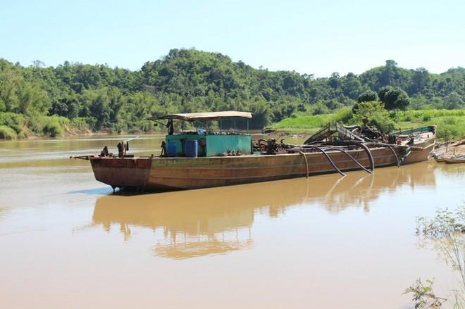 Các tàu khai thác cát trên sông Đồng Nai.