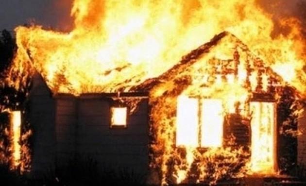 Phương ôm con người tình đồng tính rồi đốt nhà để cùng chết