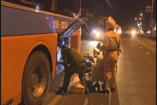 Lực lượng công an tổng kiểm tra các xe khách