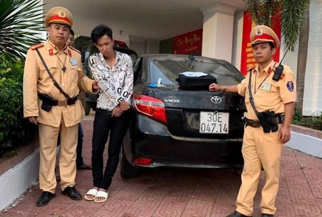 Cơ quan công an bắt giữ đối tượng Phú khi đang phê ma túy cùng chiếc xe tang vật.
