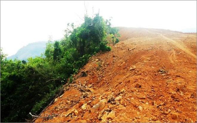 Hàng nghìn tấn đất đá Công ty Lâm Phần đổ trên đỉnh đèo tiềm ẩn