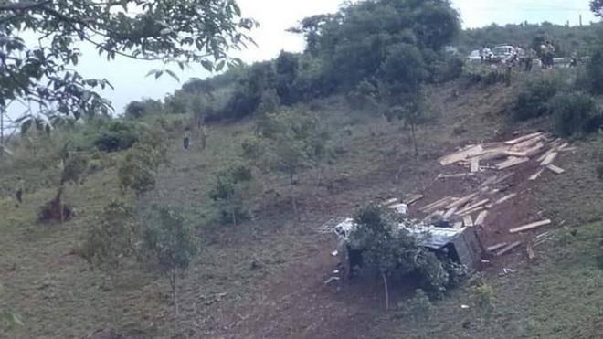 Hiện trường chiếc xe nghi chở gỗ lậu bị lật trên đèo Măng Rơi