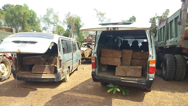 Hai chiếc xe ô tô được thay đổi kết cấu để chở gỗ lậu bị cơ quan chức năng bắt giữ