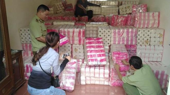 Hơn 11.000 lốc giấy vệ sinh có dấu hiệu giả mạo tại kho của ông Nguyễn Văn Chiến.