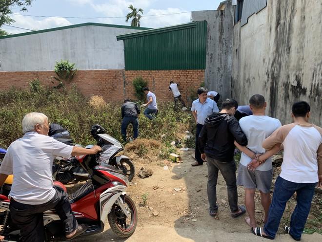 Công an khám xét tại bãi đất trống trước nhà Sang thuê, phát hiện ma tuý đá