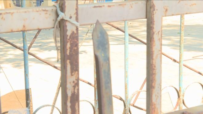 Tang vật cây sắt nhọn Tuấn dùng để đâm chọc vào người anh Thanh.