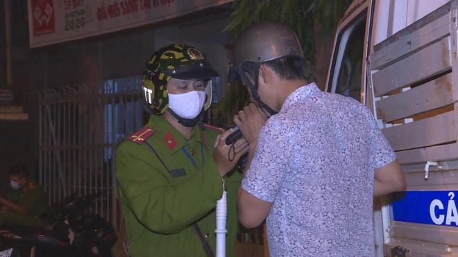 Lực lượng Công an đo nồng độ cồn người điều khiển phương tiện tham gia giao thông