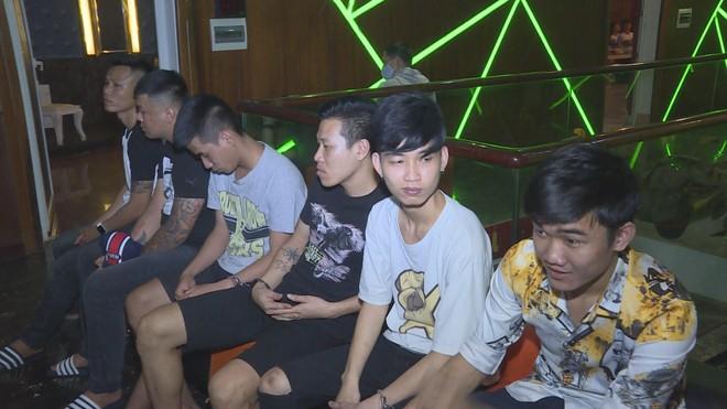 6 nhân viên của quán Karaoke Rio
