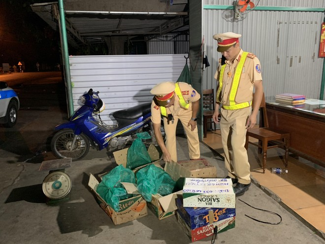 Cơ quan Công an kiểm tra số động vật hoang dã được vận chuyển trên xe khách