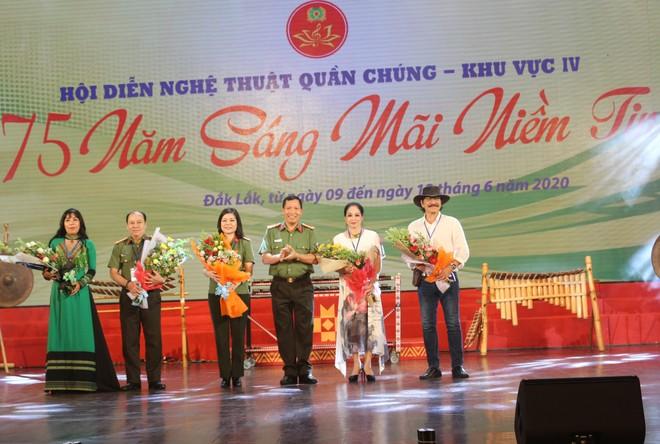 Đại tá Lê Văn Tuyến – Giám đốc Công an tỉnh Đắk Lắk tặng hoa cho Ban giám khảo của Hội diễn nghệ thuật quần chúng CAND lần thứ 11, khu vực IV, năm 2020.