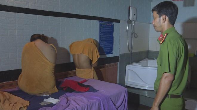 Cơ quan Công an làm việc với các cặp mua bán dâm tại cơ sở massage Thanh Hằng