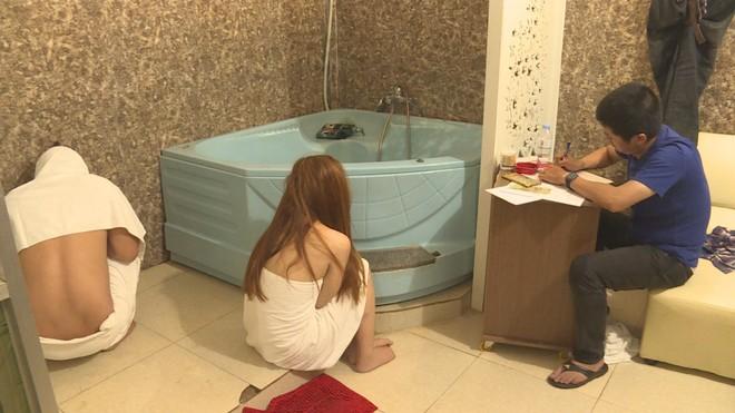 Cơ quan Công an làm việc với các cặp mua bán dâm tại cơ sở massage Ngọc Trinh