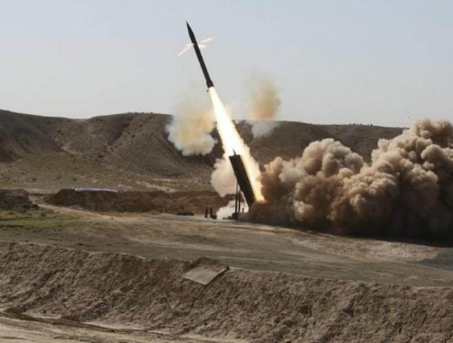 """Phiến quân Houthi tiếp tục bắn tên lửa Zilzal-2 vào """"binh sĩ"""" Ả-Rập Saudi và UAE ảnh 1"""