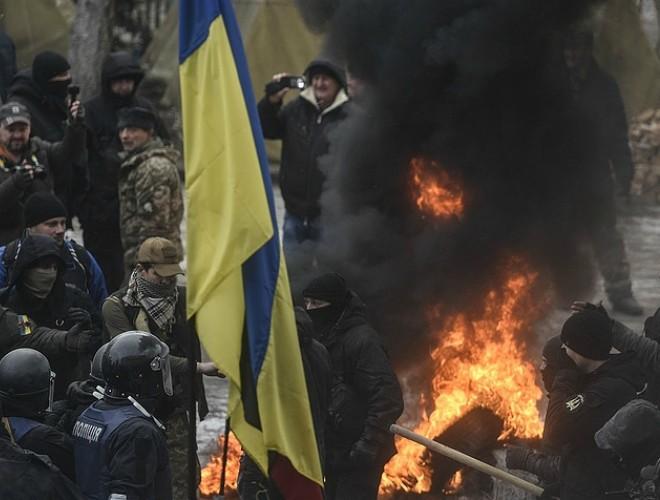 Người dân Kiev biểu tình bên ngoài Tòa nhà Quốc hội Ukraine ảnh 1