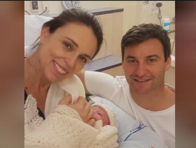 Người dân New Zealand chào đón đứa con đầu lòng của Thủ tướng Ardern ảnh 1